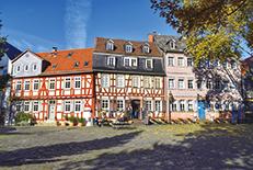 金融と商業の中心地であり、証券取引所やドイツ銀行などが建ち並んでいます。ゲーテが生まれた街でもあります。