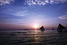 フィリピン有数のリゾート・アイランド。島の西に広がる約4㎞のホワイトビーチが、夕暮れで真っ赤に染まる光景は必見です。