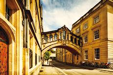 英語圏最古の大学「オックスフォード大学」に囲まれている都市。歴史と現代が融合した街並みは見事のひと言。